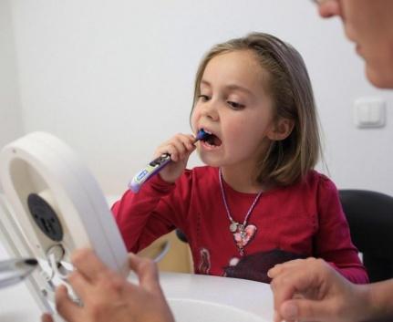 Kind beim Zähneputzen