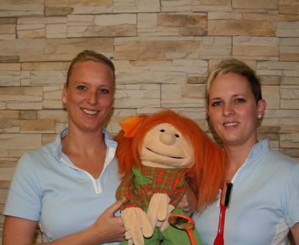 "Unser Prophylaxeteam Barbara Gabler, Daniela Becker und ""Lucy"""