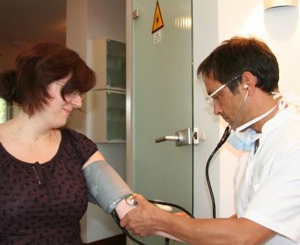 Messung des Blutdrucks während Notfallkurs in Praxis Dr. Lindner