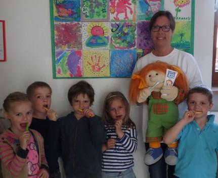 """Uschi Schreiber mit """"Putztigern"""" im Kindergarten Straussdorf"""